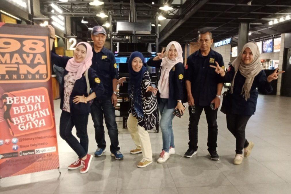 Keseruan Crew 98 Maya FM Nobar Benyamin Biangkerok.